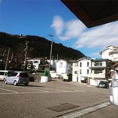 玄関から湯沢高原のゴンドラ駅が見えます。